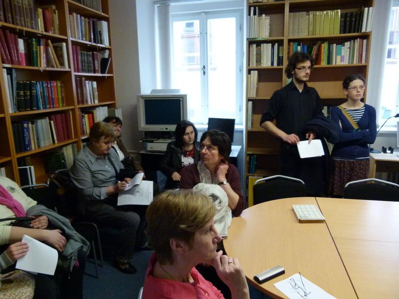 Účastníci exkurze v Knihovně Centra medievistických studií