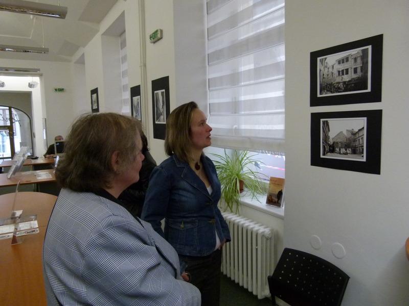 Příjemné prostředí knihovny dotvářejí historické fotografie místa