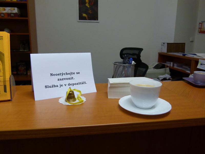 Zvoneček pro zavolání služby dočasně doplněný pravou knihovnickou kávou