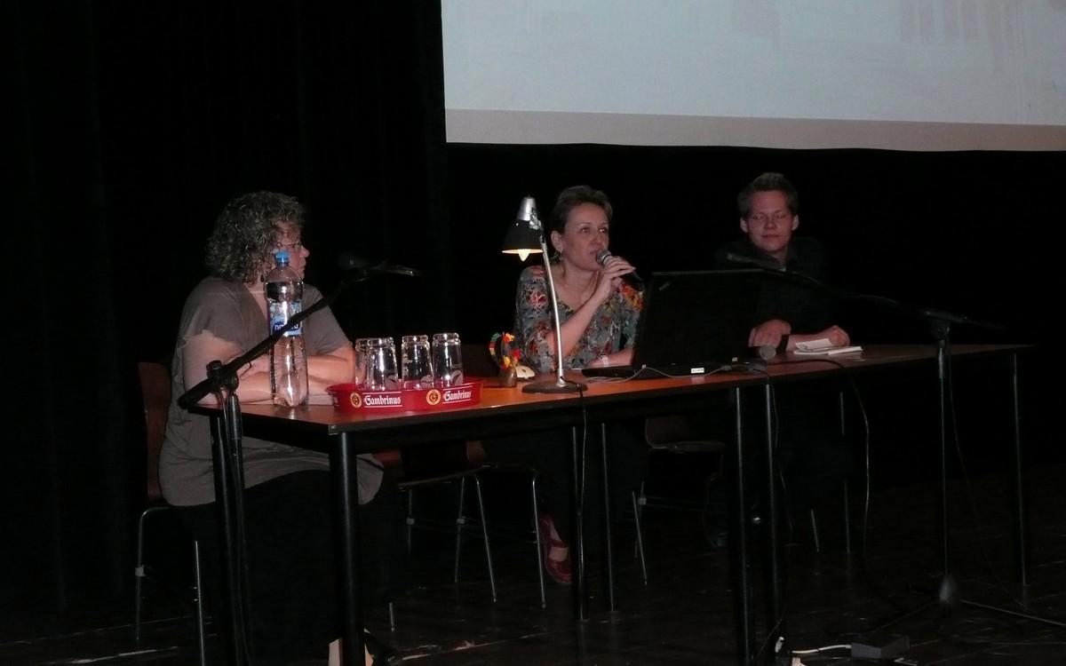 Dobrovolníci z Hradce Králové - Vladimíra Buchtová (s mikrofonem) a Jaroslav Novotný. Blok moderovala Jaroslava Štěrbová