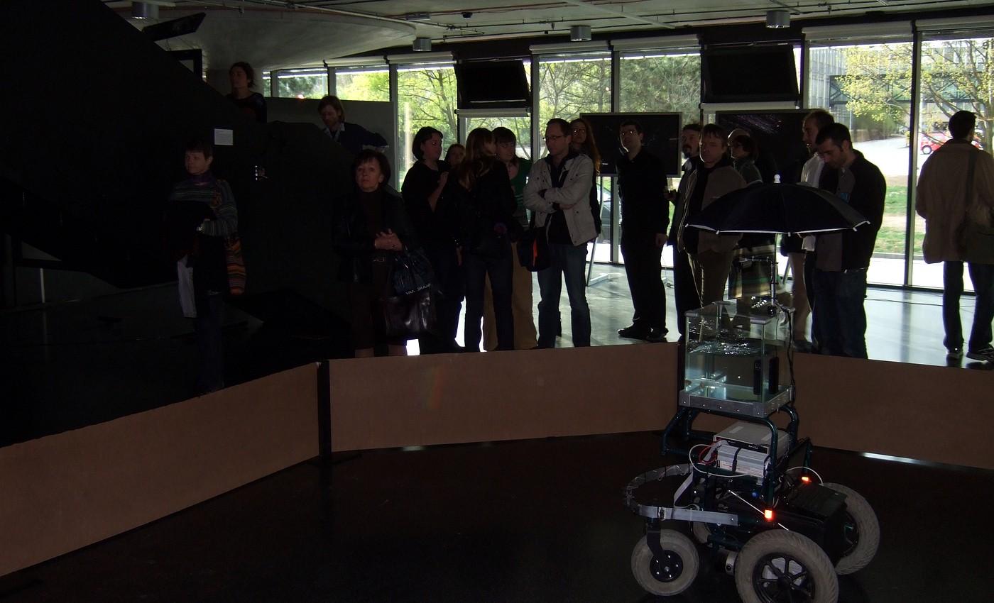 Projekt Machine to Fish, ve kterém rybka svým plaváním pohybuje robotickým vozíkem