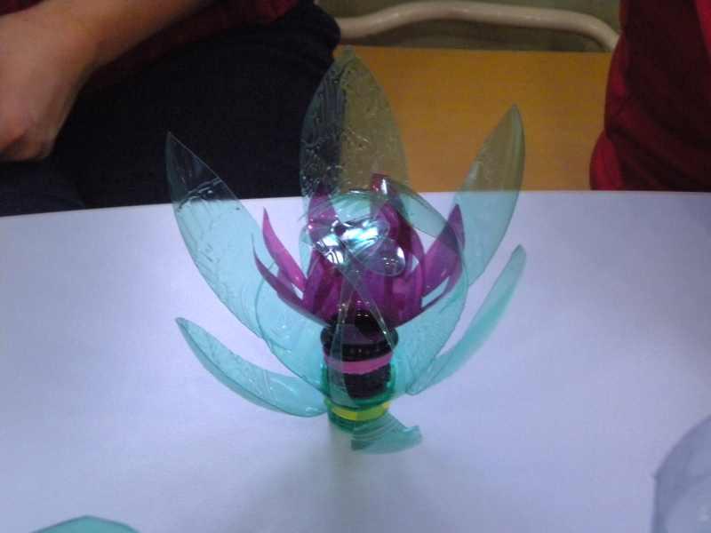 Ukázky dokončených květin a pohárků z PET lahví