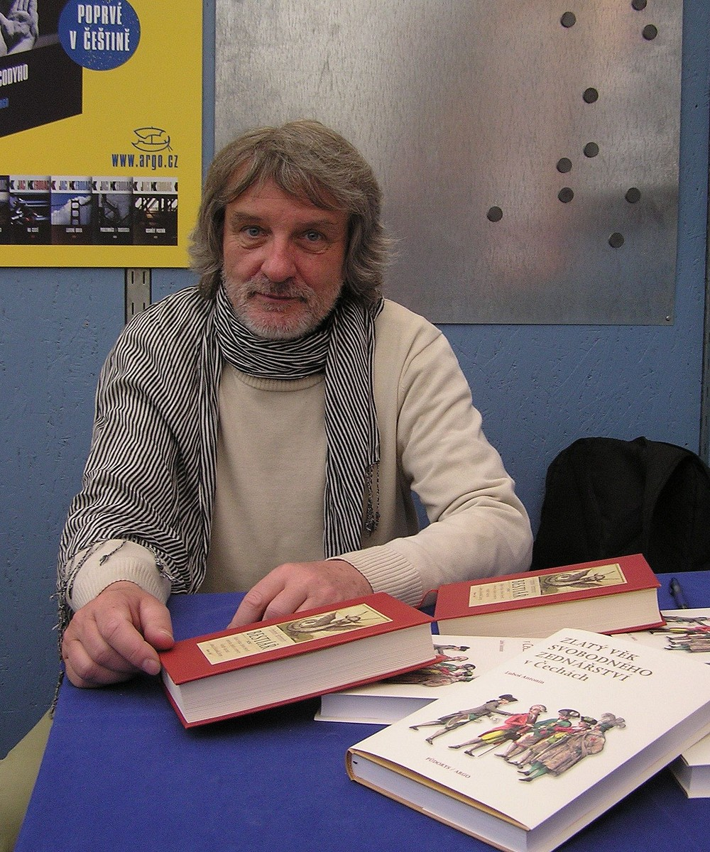 Luboš Antonín z knihovny Národního muzea na veletrhu prezentoval svoji knihu Zlatý věk svobodného zednářství vČechách