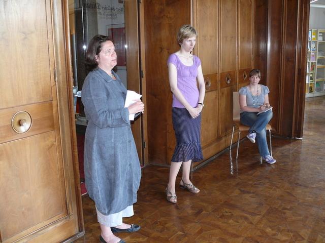 Sabine Reddel-Heymannová a Eva Vondálová vítají účastníky exkurze v Goethe-Institutu