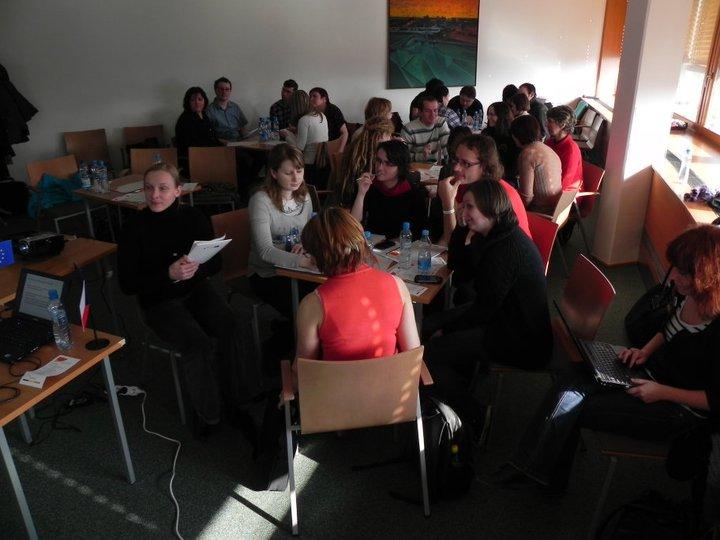 Obr.8: Účastníci semináře při návrhu dotazníků