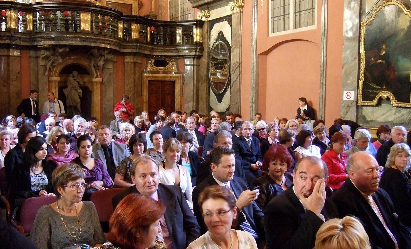 Zrcadlová kaple plná návštěvníků