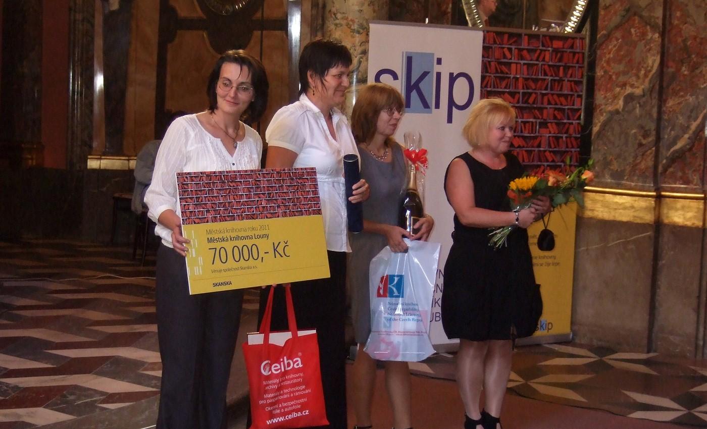Městská knihovna Louny přebírá ceny za vítězství v soutěži Městská knihovna roku 2011