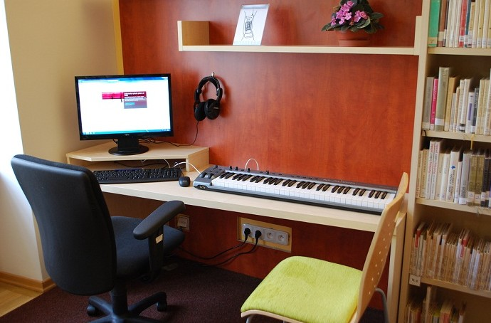 Skromně ale účelně vybavené nahrávací studio