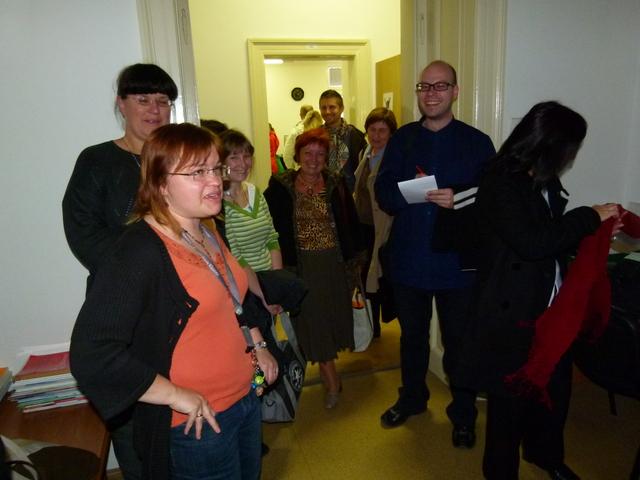 Účastníci exkurze naslouchající výkladu L. Maixnerové (vlevo)
