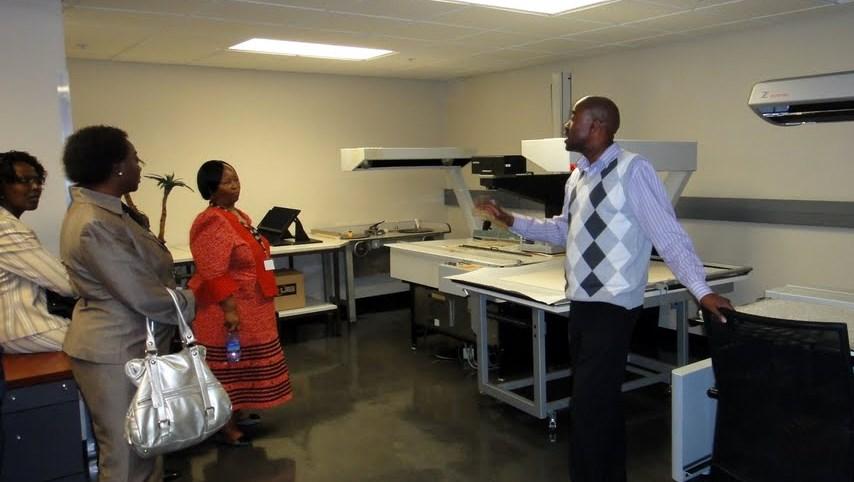 Exkurze účastníků zasedání na digitalizační pracoviště