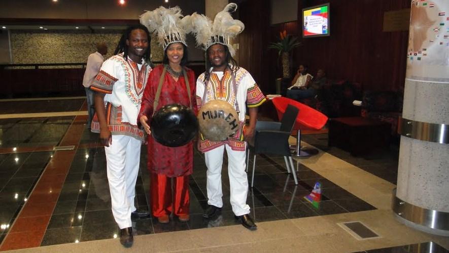 Domorodí hudebníci na slavnostní večeři