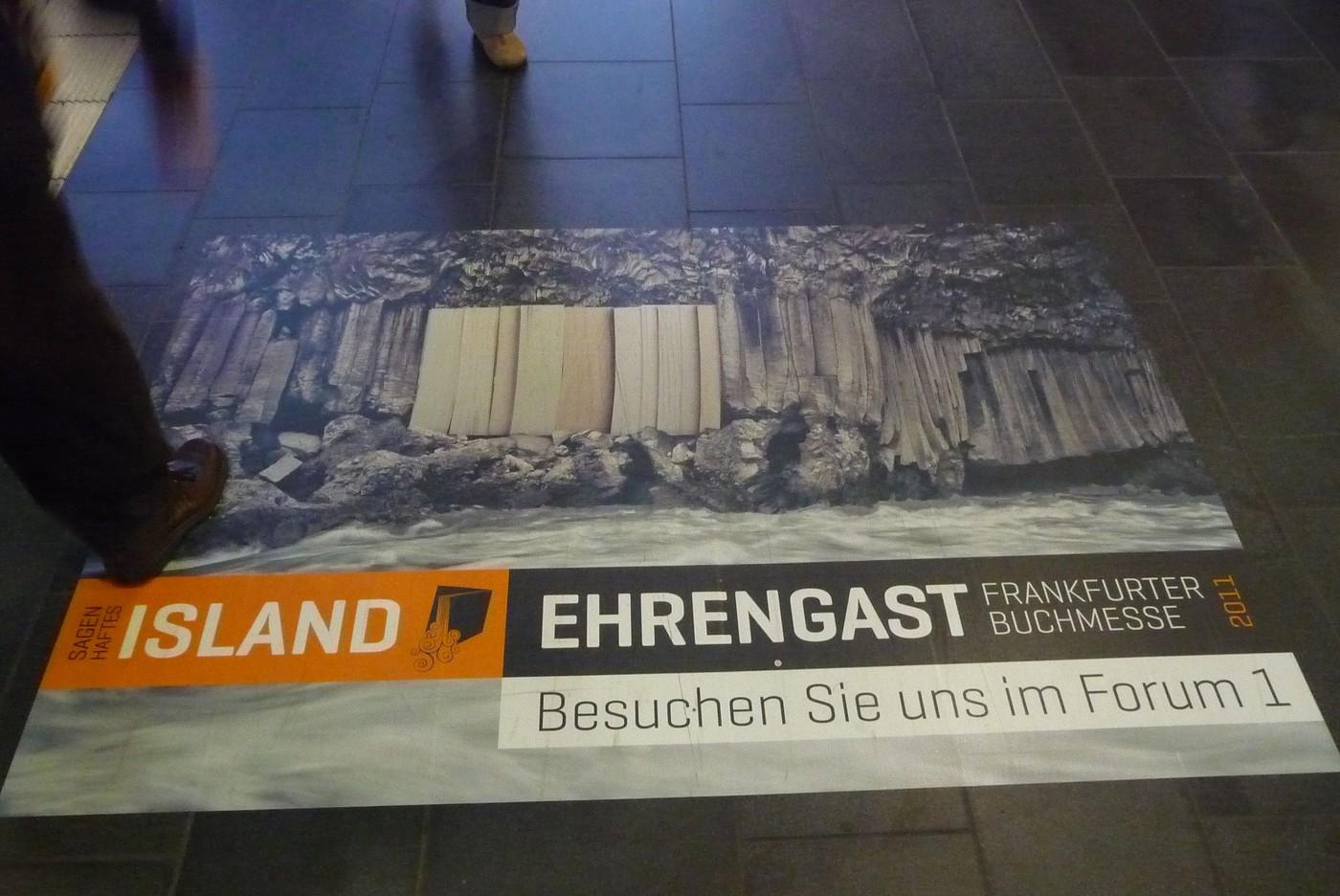 Plakáty na zemi