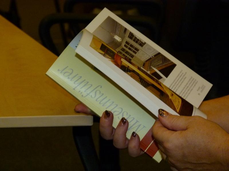 Listování německou verzí publikace o Knihovně Národního muzea (Bibliothek des Nationalmuseums Prag, ISBN 80-7036-078-X)