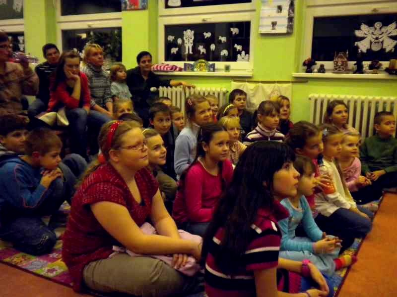 Knihovna plná napjatých diváků