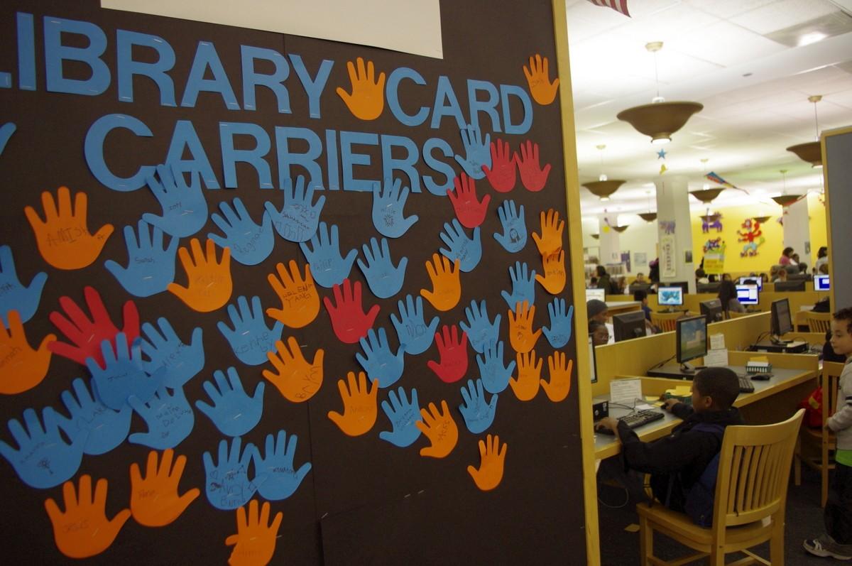 Nástěnka s podpisy nových majitelů knihovní karty