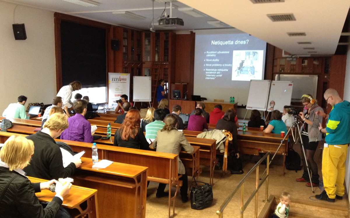 První přednáška v malém sále se věnovala chování uživatelů na Síti