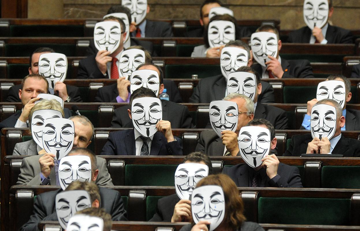 Masky Anonymous, inspirované filmem V jako Vendeta, si v rámci protestů nasadili i někteří poslanci polského parlamentu