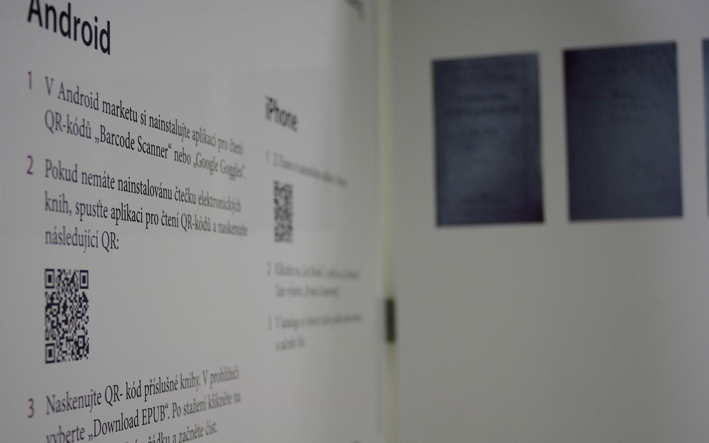 Na výstavě se může návštěvník setkat i s prvky nových médií - naskenováním QR kódu získá doplňující informace
