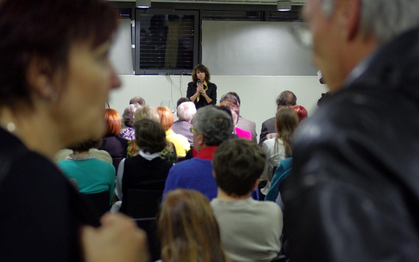 Eva Dibuszová při představení knihy o osobní knihovně Karla Čapka