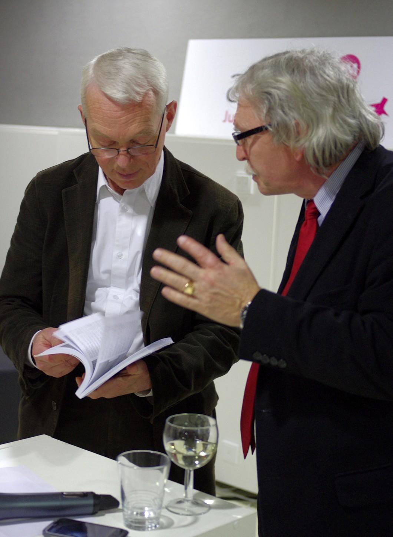 Ředitel NTK Martin Svoboda a šéfredaktor časopisu Papír a celulóza Miloš Lešikar v družné debatě nad novou publikací