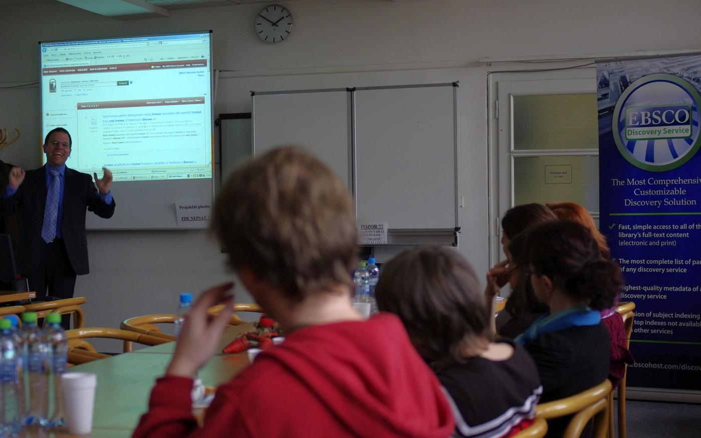 Claus Wolf zněmecké pobočky EBSCO Publishing pojal představení funkcí nového systému zábavně, avšak poučně. Naslouchalo mu přibližně třicet zástupců odborné veřejnosti