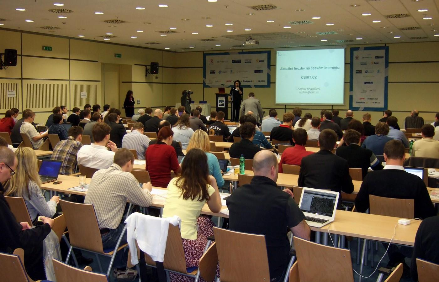 Hlavní sál se již naplnil a Andrea Kropáčová začíná přednášet