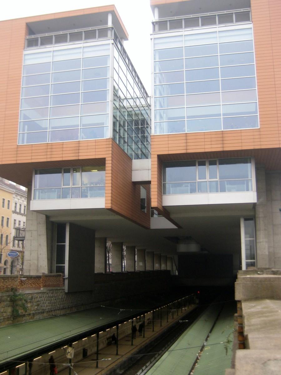 Z nástupiště metra se dá výtahem vyjet přímo do vstupní haly knihovny