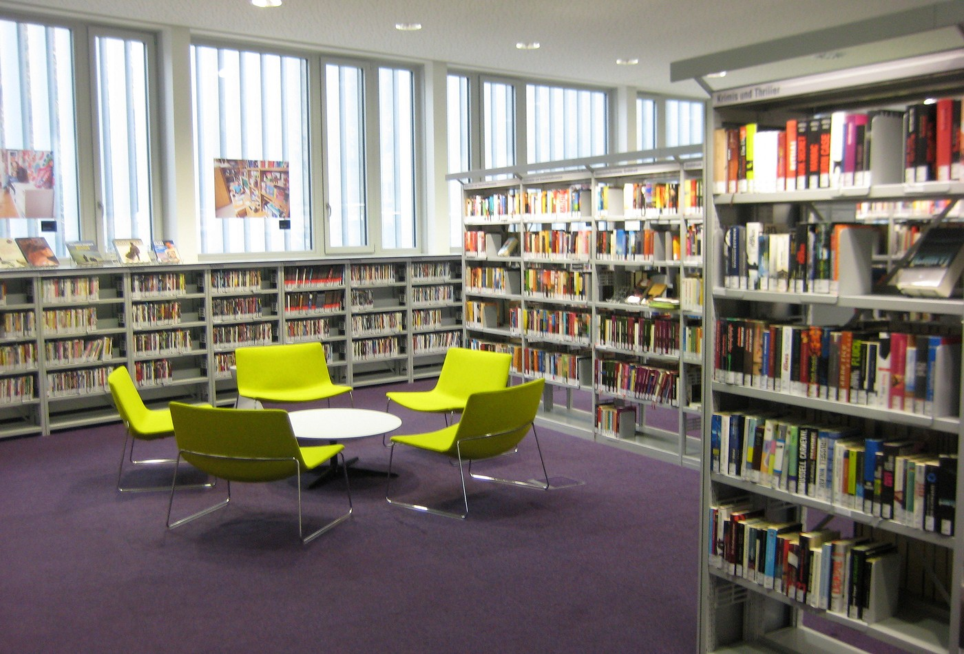 Ve vzdělávacím centru Simmering probíhá německá konverzace každý týden přímo  mezi regály s knihami