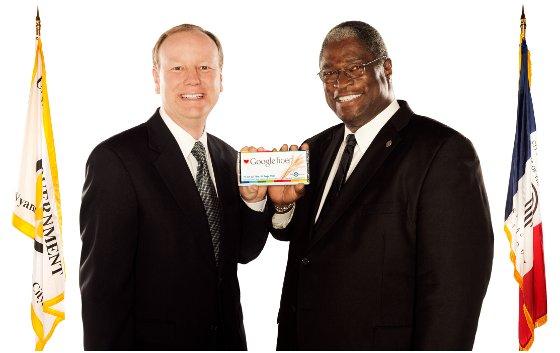 Kansasští starostové Joe Reardona Sly James pózují s novou zdravou tyčinkou