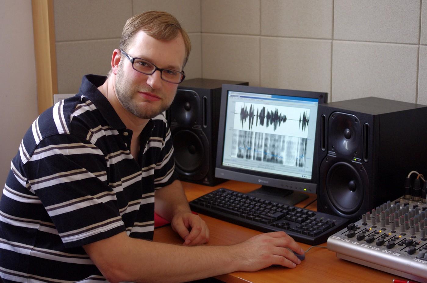 Dr. Radek Skarnitzl z Fonetického ústavu nahlíží na lidskou řeč jako na druh biometrického údaje. Akustické parametry kódují identitu mluvčího; z jejich porovnávání těží např. forenzní fonetika.