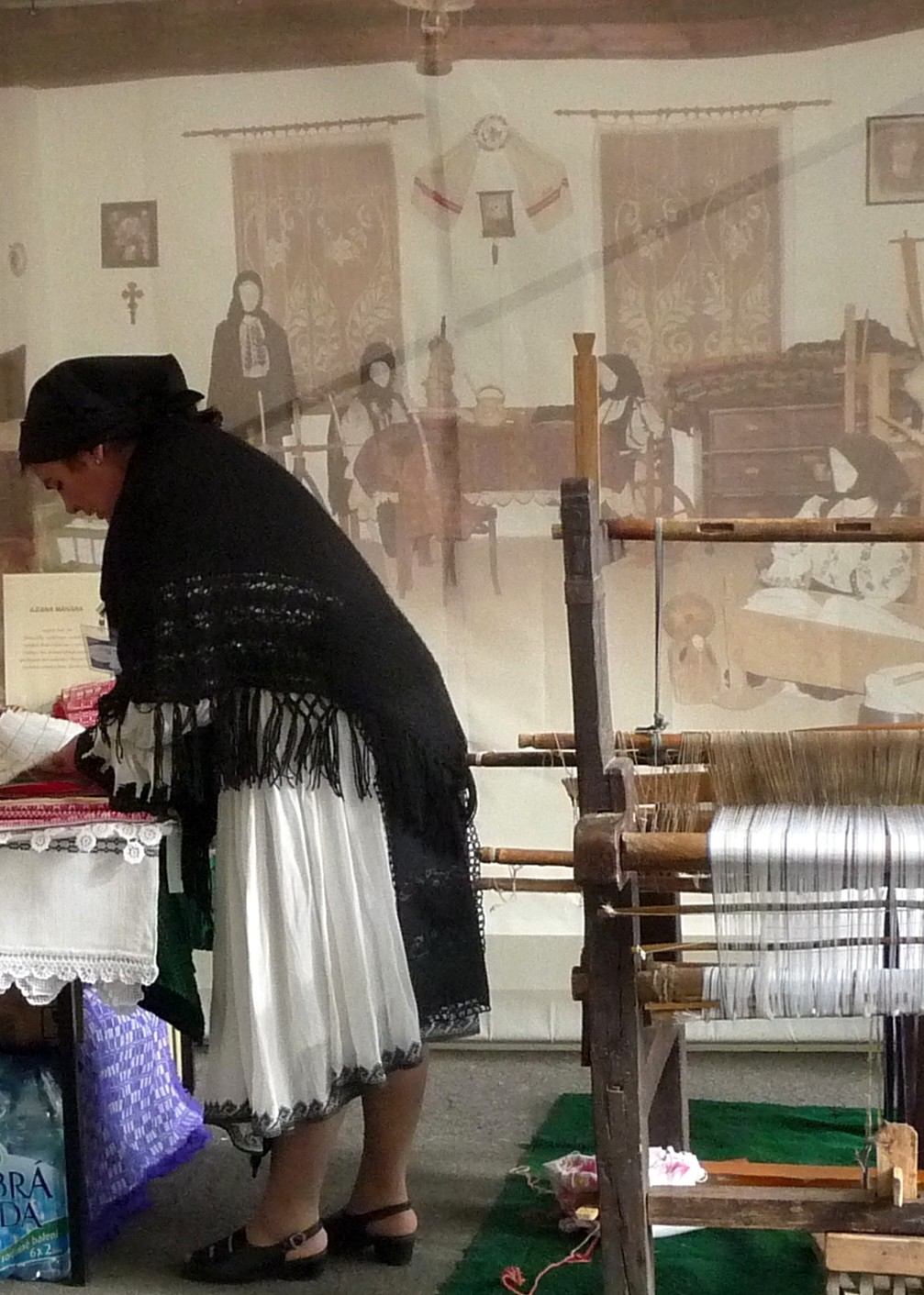 Před veletržními halami probíhaly ukázky rumunských tanců, lidové hudby a tradičních řemesel