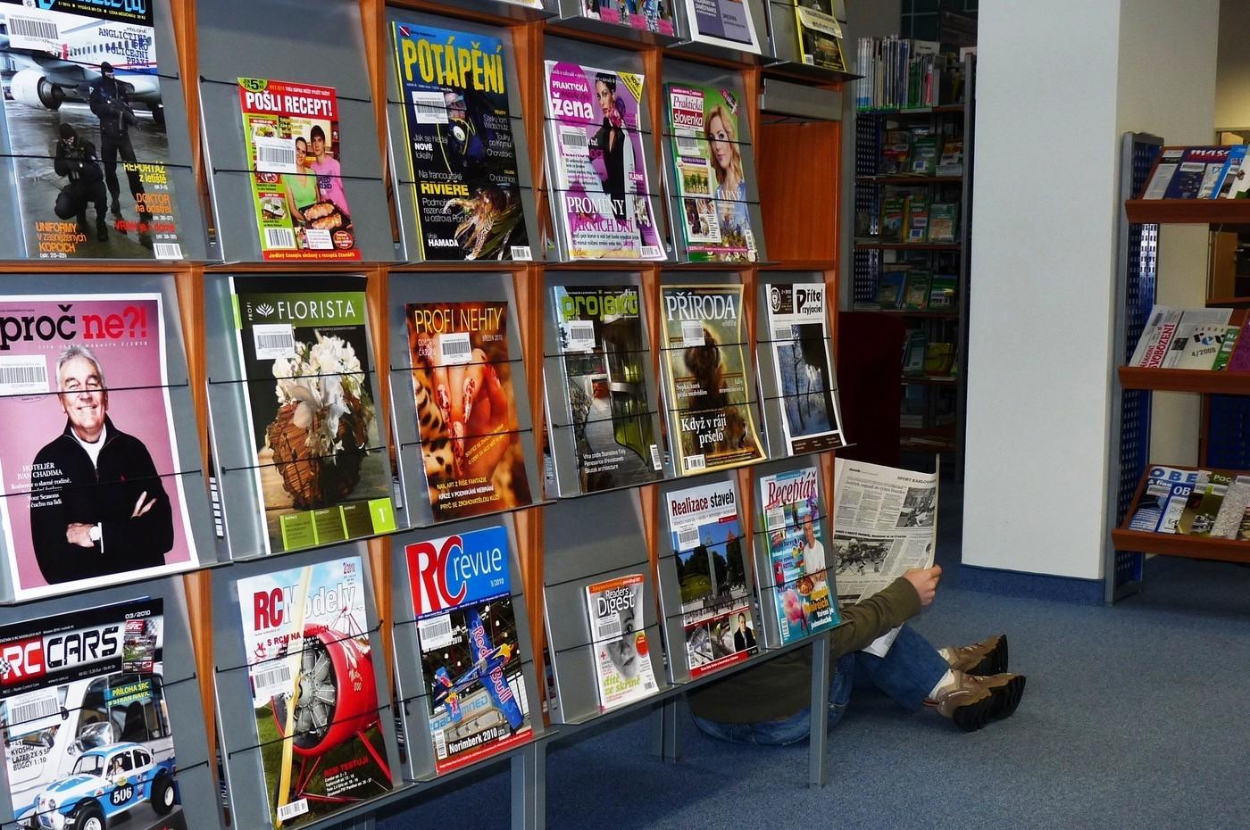 V čítárně periodik mají čtenáři k dispozici 2.355 titulů aktivně vycházejících periodik