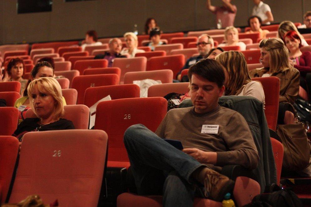 Na konferenci vystoupilo množství expertů, kteří se otázkami rizikového chování v prostředí internetu dlouhodobě zabývají a kteří posluchače seznámili s aktuálními trendy, které jsou s tímto tématem spojeny