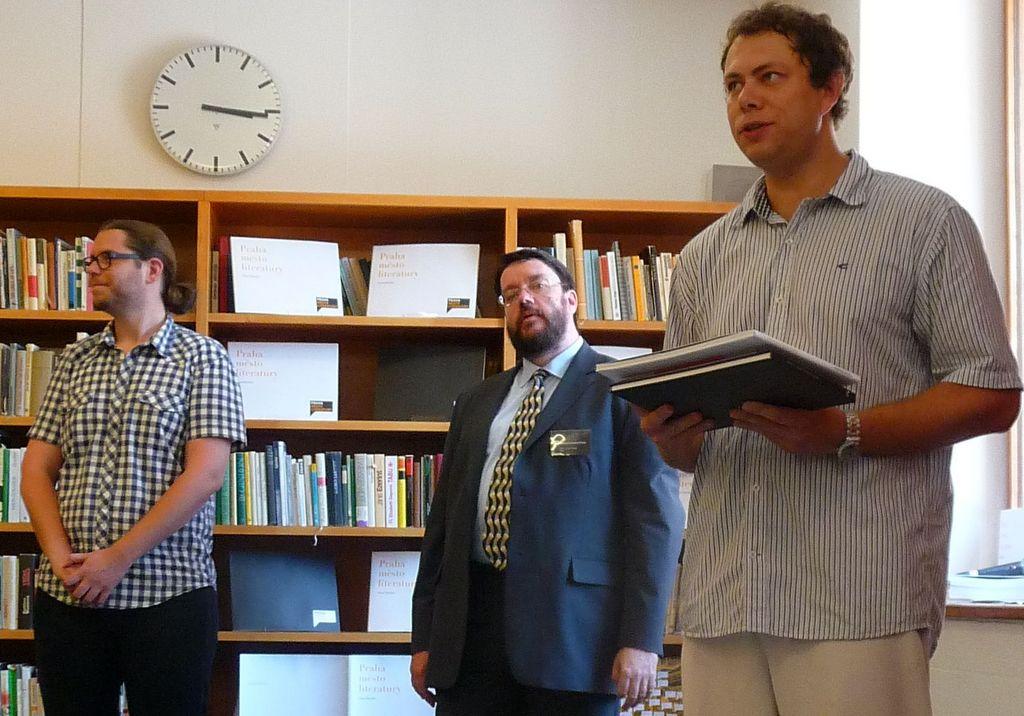 Křestu publikace Pavla Mandyse (vpravo), která je pro veřejnost k dispozici od poloviny června, se zúčastnil také ředitel Městské knihovny v Praze, Tomáš Řehák (uprostřed)
