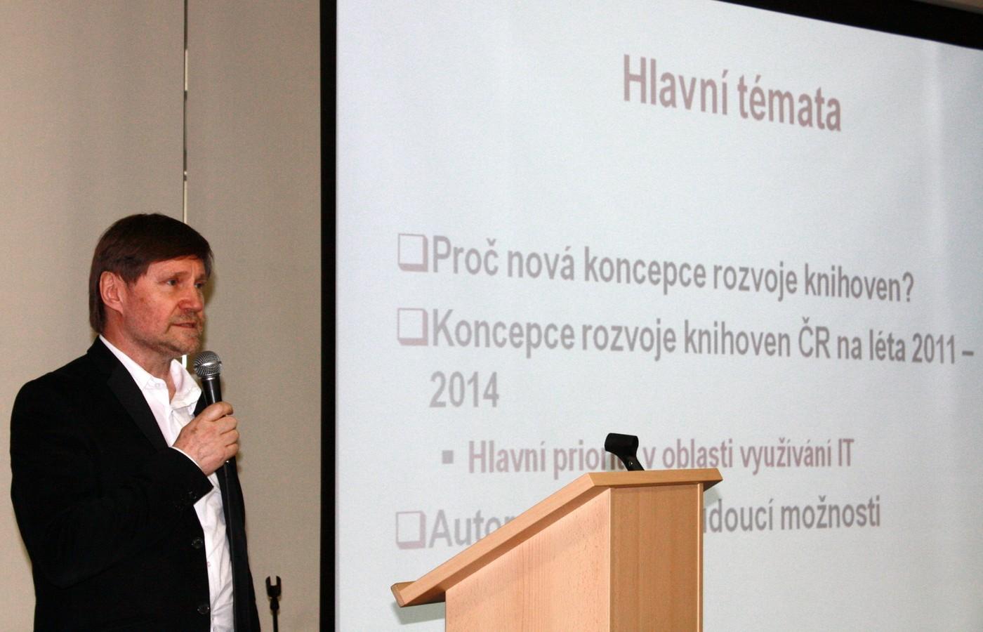 PhDr. Vít Richter (NK ČR Praha) přednesl zásadní prezentaci o koncepci rozvoje českých knihoven na léta 2011 až 2015