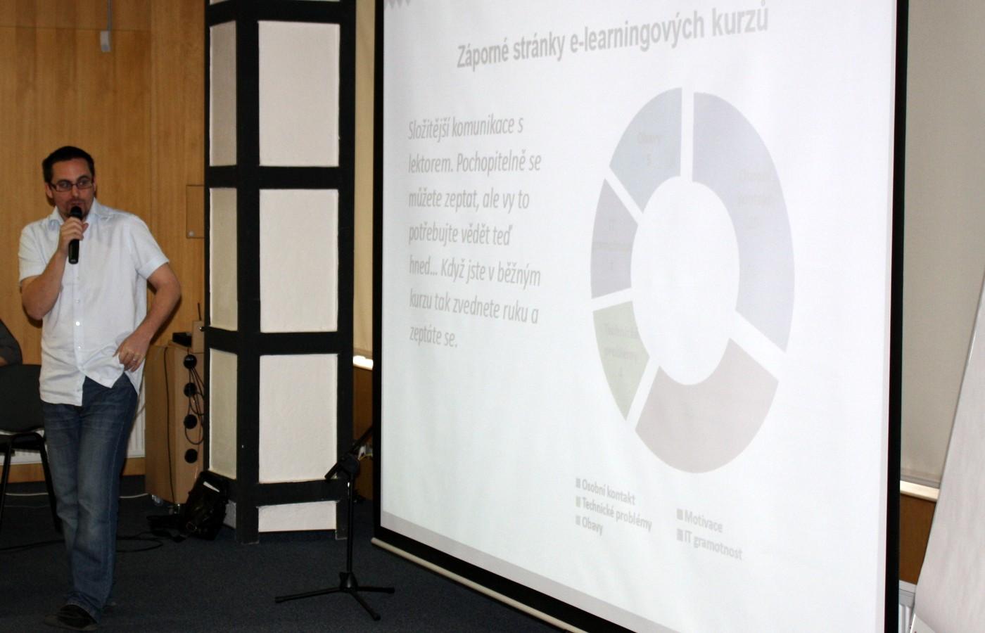 Mgr. Jan Zikuška (KISK, FF MU Brno) se ve svém příspěvku nevyhnul ani nevýhodám elektronického vzdělávání