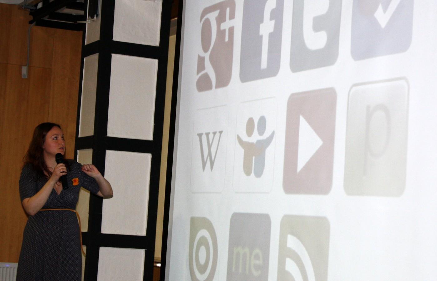 Mgr. Kateřina Kapounová (Městská knihovna Ústí nad Orlicí) seznamuje posluchače s množstvím aplikací, které knihovna využívá ke komunikaci se čtenáři