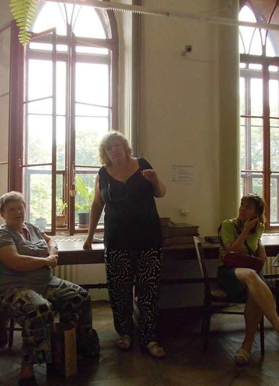 Marcela Halabrínová a účastníci exkurze ve studovně periodik