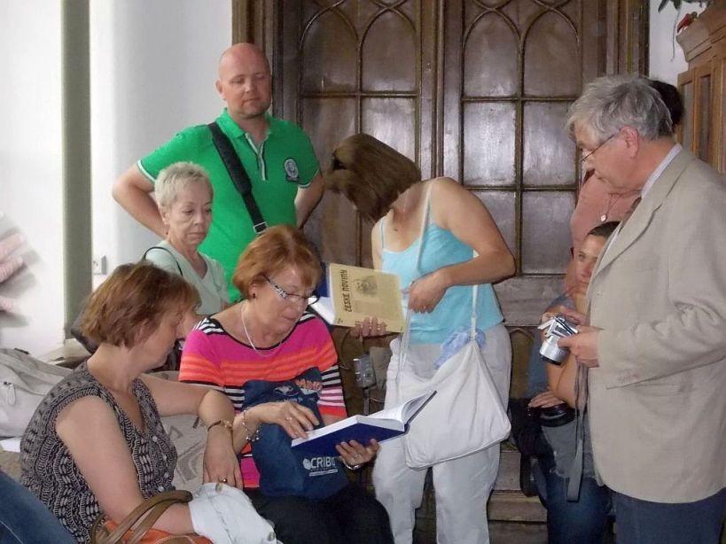 Účastníci exkurze si prohlížejí zajímavé exempláře zfondu knihovny