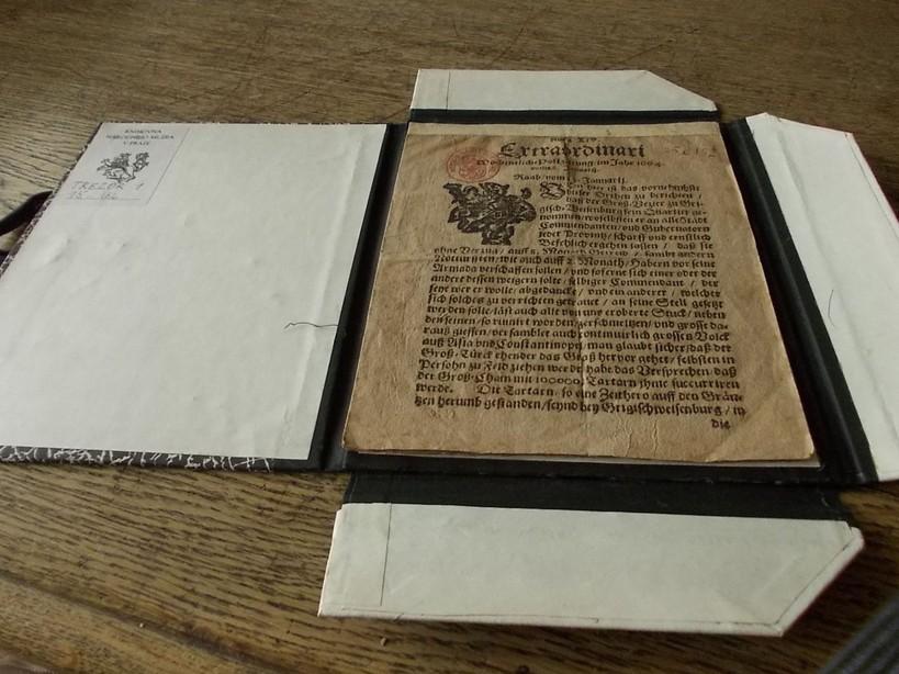 Jeden ze vzácných exemplářů knihovny – listina ze 17. století