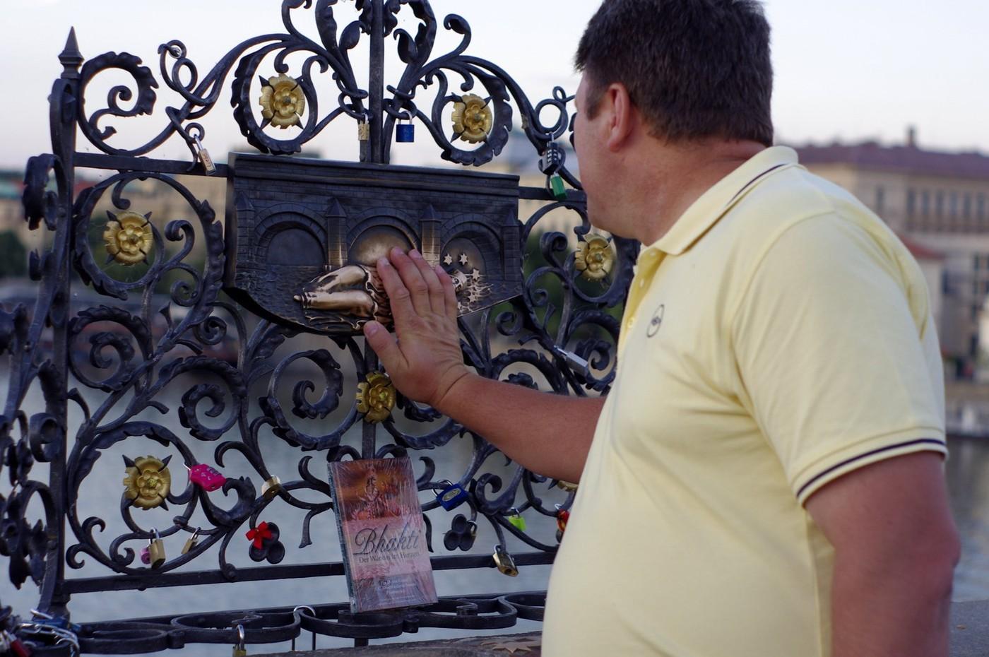 Jak vidno, na veřejných místech se vyskytují i knihy do Knihoběžníka nezapojené. U poutního místa na Karlově mostě byla tato v sobotu 4. 8. 2012 dokonce zabalena v igelitu. Snad proto, aby odolala případným přeháňkám