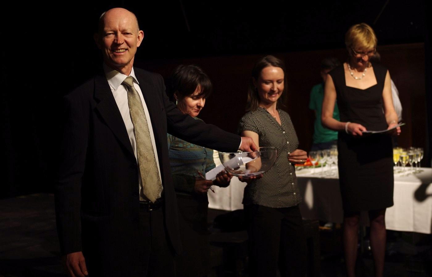Velvyslanec Norského království Jens Eikaas vylosoval v Praze dne 28. dubna 2012 výherce geocachingové soutěže, kterou po šest měsíců pořádalo ministerstvo financí a norská ambasáda v rámci soutěže Objevte Norsko v Česku
