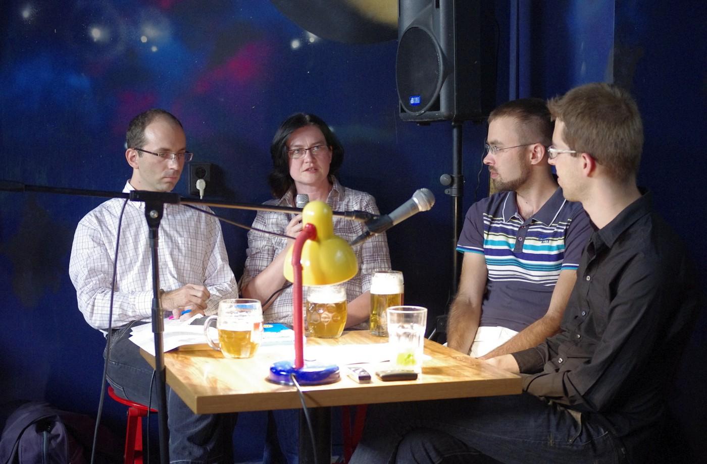 Překladatelé queer literatury ve večerní diskuzi o záludnostech překladů