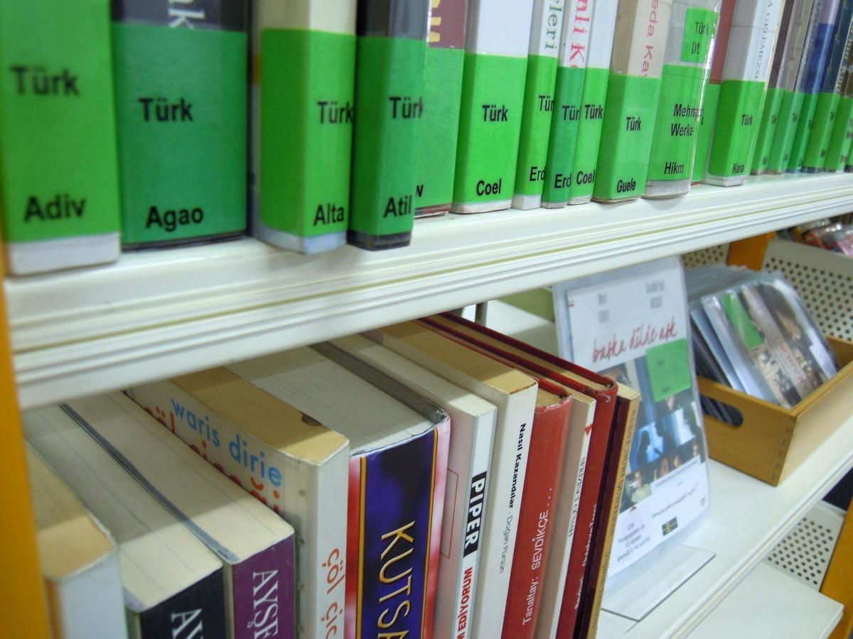 K dispozici je pestrá nabídka knih a multimédií v různých jazycích migrantů