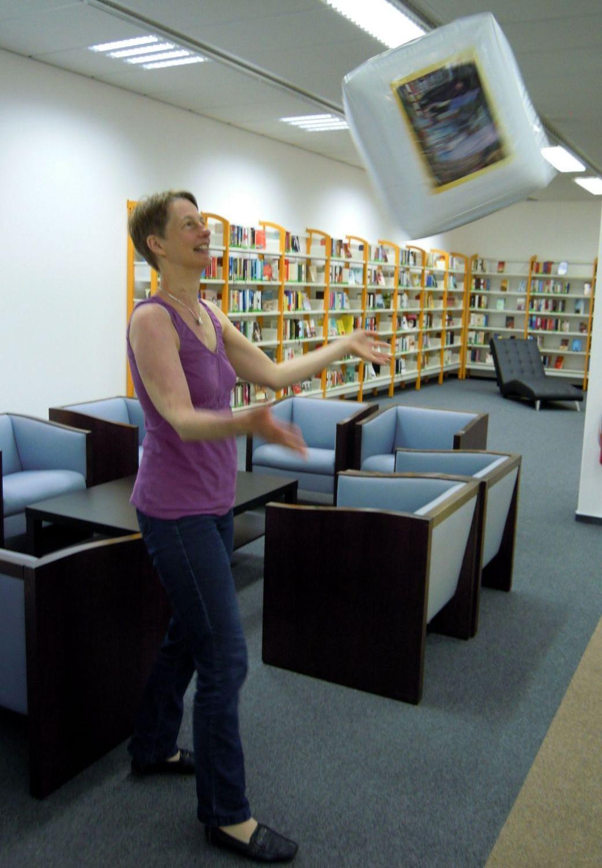 Vedouci knihovny Gallus Silke Schumann s kouzelnou kostkou