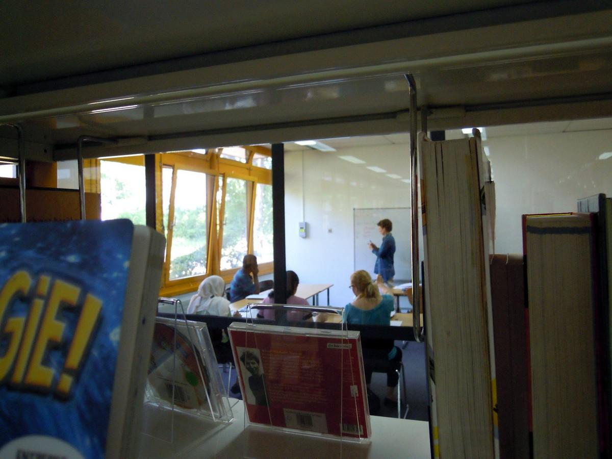 Vyučování němčiny probíhá v pomalém tempu a je přizpůsobeno zvláštním požadavkům migrantů, kteří v některých případech neměli v zemi původu vůbec přístup ke vzdělání