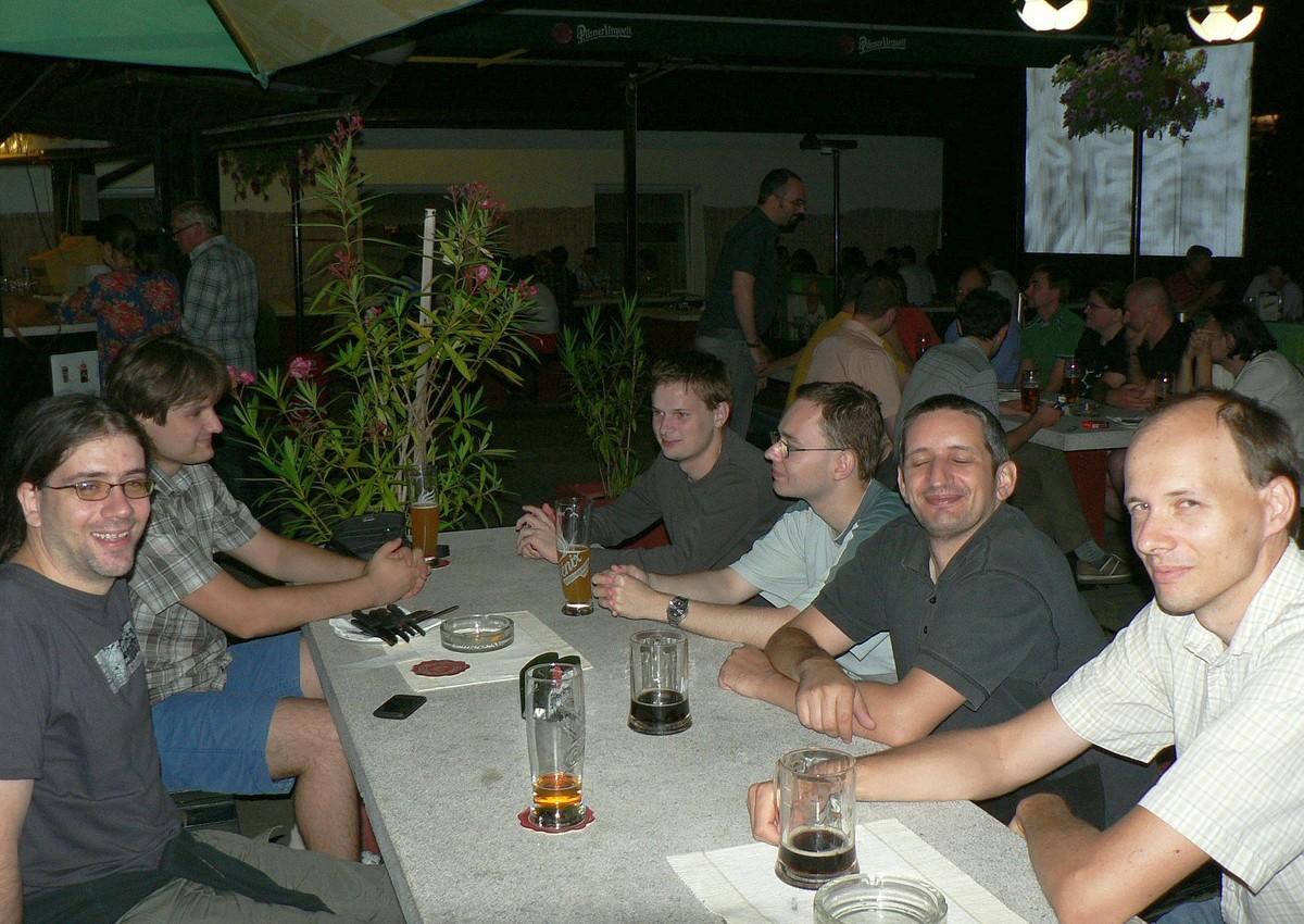 Večerní debata při pivu a kofole