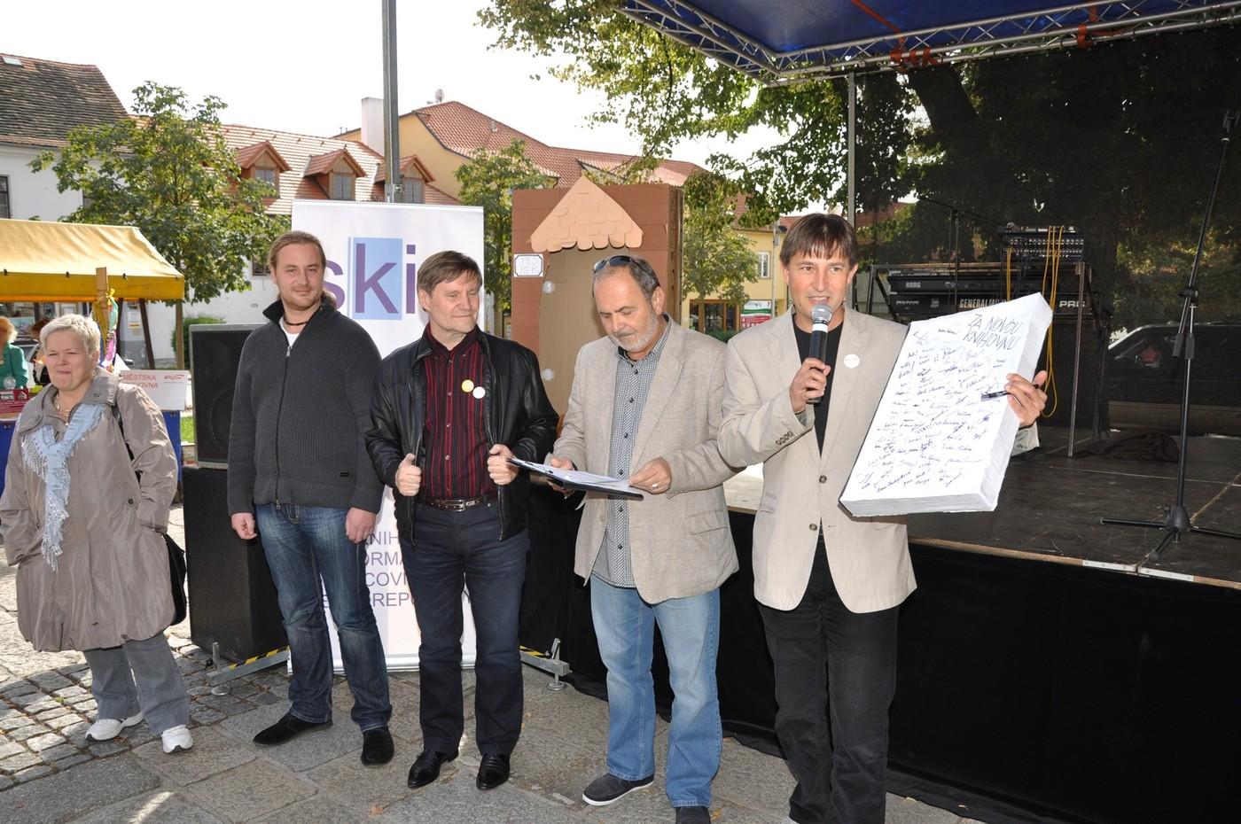 Velká papírová kniha s podpisy všech, kteří se happeningu zúčastnili