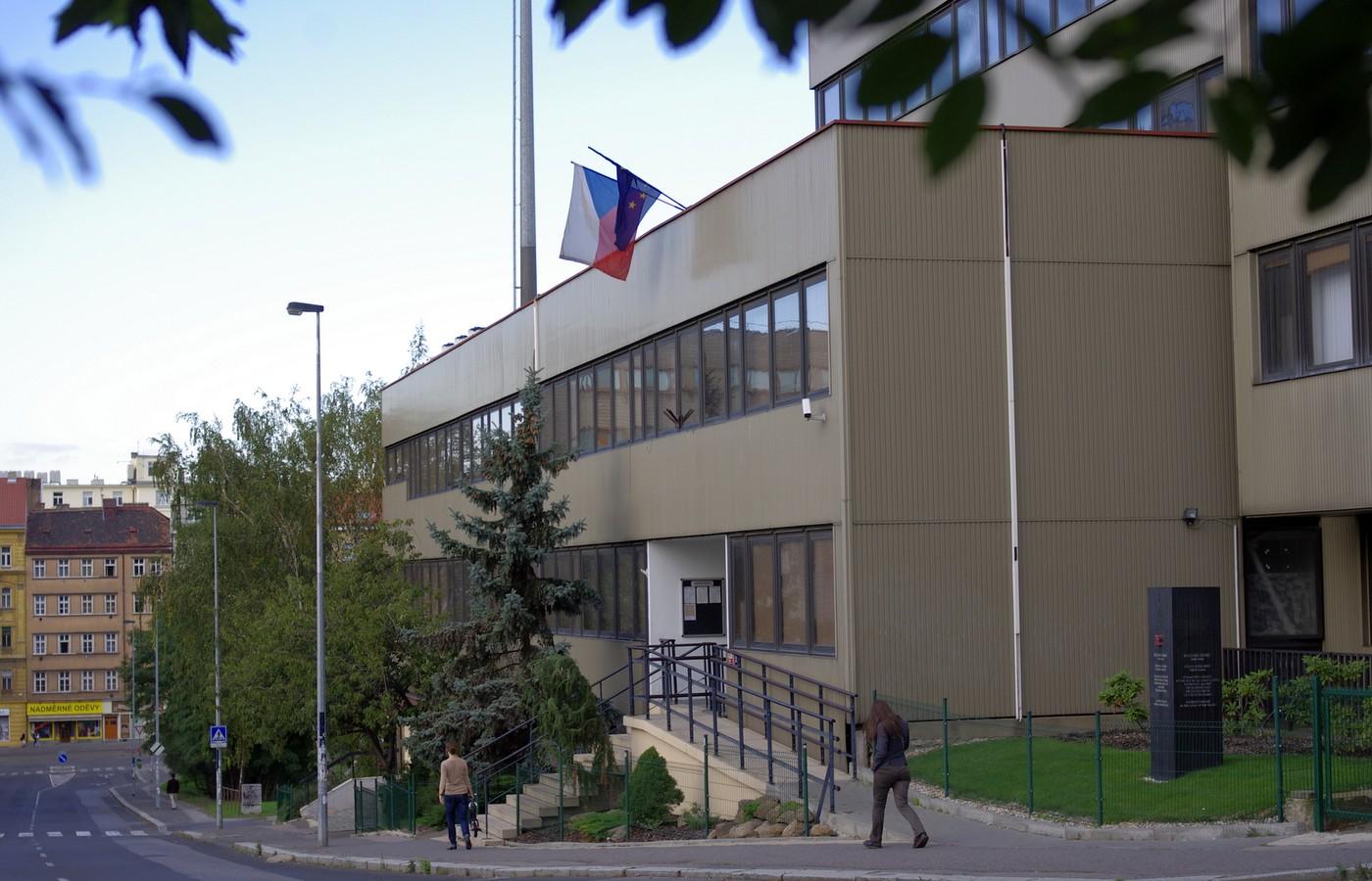 Ústřední technická základna se v roce 1972 usídlila v moderní budově nedaleko Domu odborových svazů na Žižkově. Dnes slouží jako základna Ústavu pro studium totalitních režimů. Foto: P. Farkas