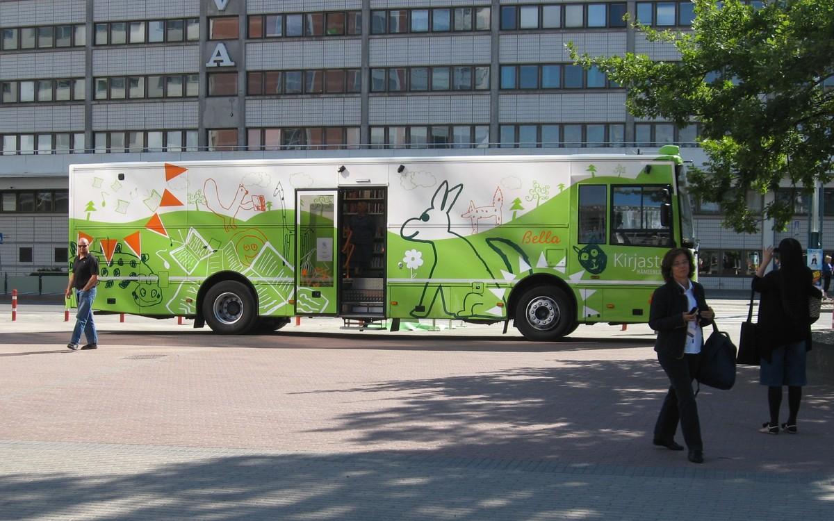 Jeden z finských bibliobusů zvolil za své stanoviště během setkání IFLA právě kongresové centrum